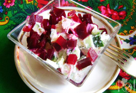 Огуречный салат со свёклой и сыром