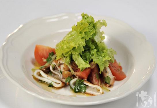Тёплый салат с кальмаром